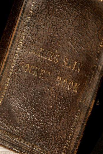 Libro tascabile ricavato dalla pelle del viso di Burke